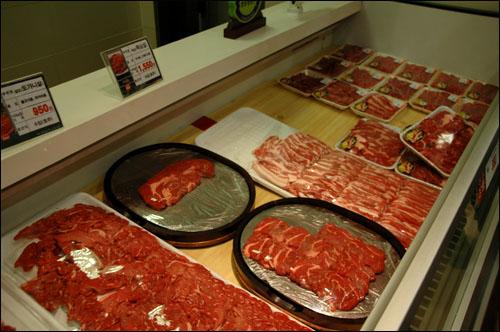 롯데마트 진해점의 미국산 쇠고기 판매장 모습. 롯데마트 진해점의 미국산 쇠고기 판매장 모습.